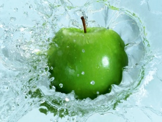 beautiful_green_apple_in_water_desktop_wallpaper